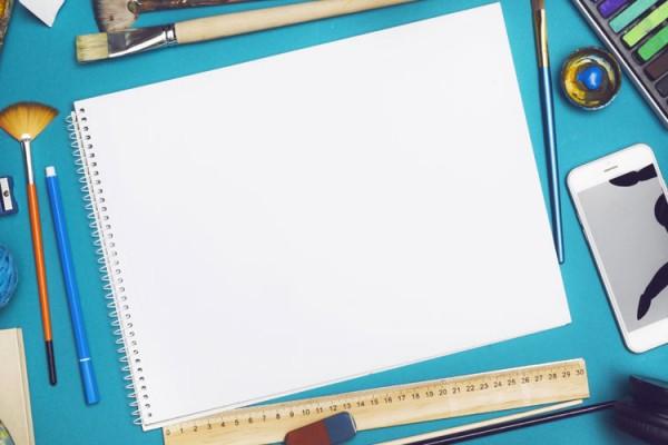 exemple flat lay photo avec une scène de travail d'un graphiste/peintre